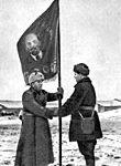 2 декабря 1941 г. Нач политотдела 21-й арм бриг комиссар И.И. МИХАЛЬЧУК вручает гв Боевое Знамя комиссару 1-й гв стр д К.И. ФИЛЯШКИНУ на привокзальной пл ст Волоконовка Курской обл