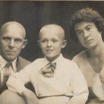 Слева - Котов Н.Л., в центре - его сын Котов Ю.Н., справа - его жена Котова С.Х.